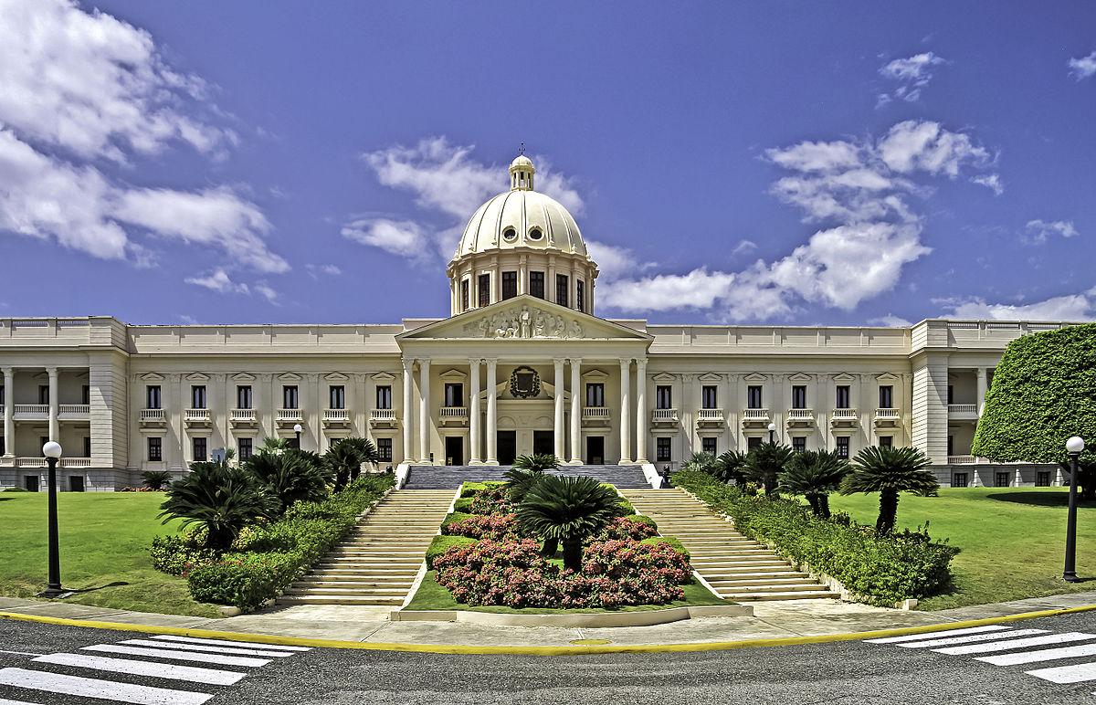 Президент Доминиканы одним указом заменил четырех министров