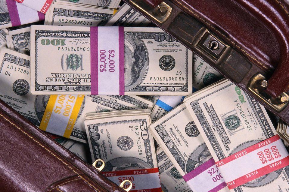 Турист попытался ввезти в Доминикану 2 чемодана денег