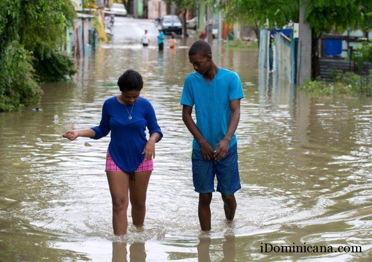 Из-за дождей в Доминикане затопило дороги. Видео