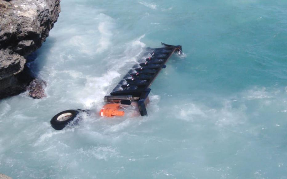 В Санто-Доминго грузовик сорвался с шоссе и упал в Карибское море