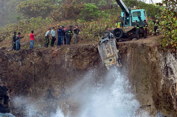 В Санто-Доминго дайверы подняли из воды авто погибших туристов - фото