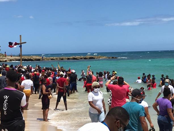 В Пуэрто-Плата массово нарушили карантин, чтобы бросить крест в море