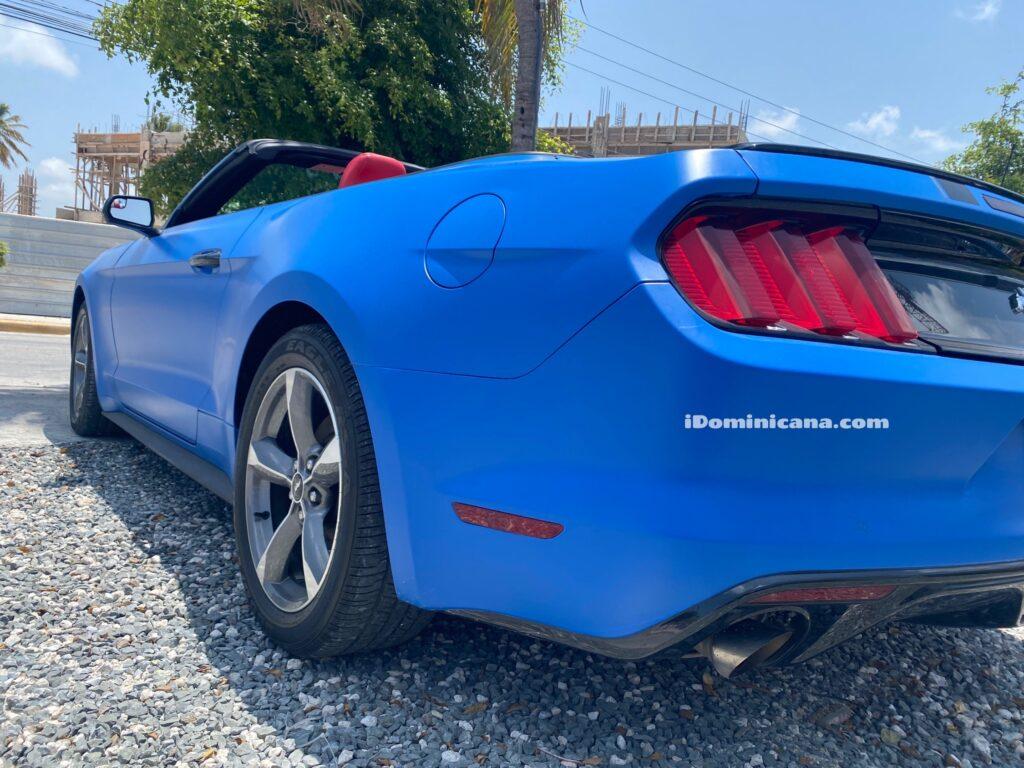 Авто Доминикана: синий кабриолет Ford Mustang (2016)