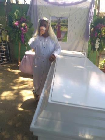 59-летняя доминиканка инсценировала свою смерть и пришла на похороны